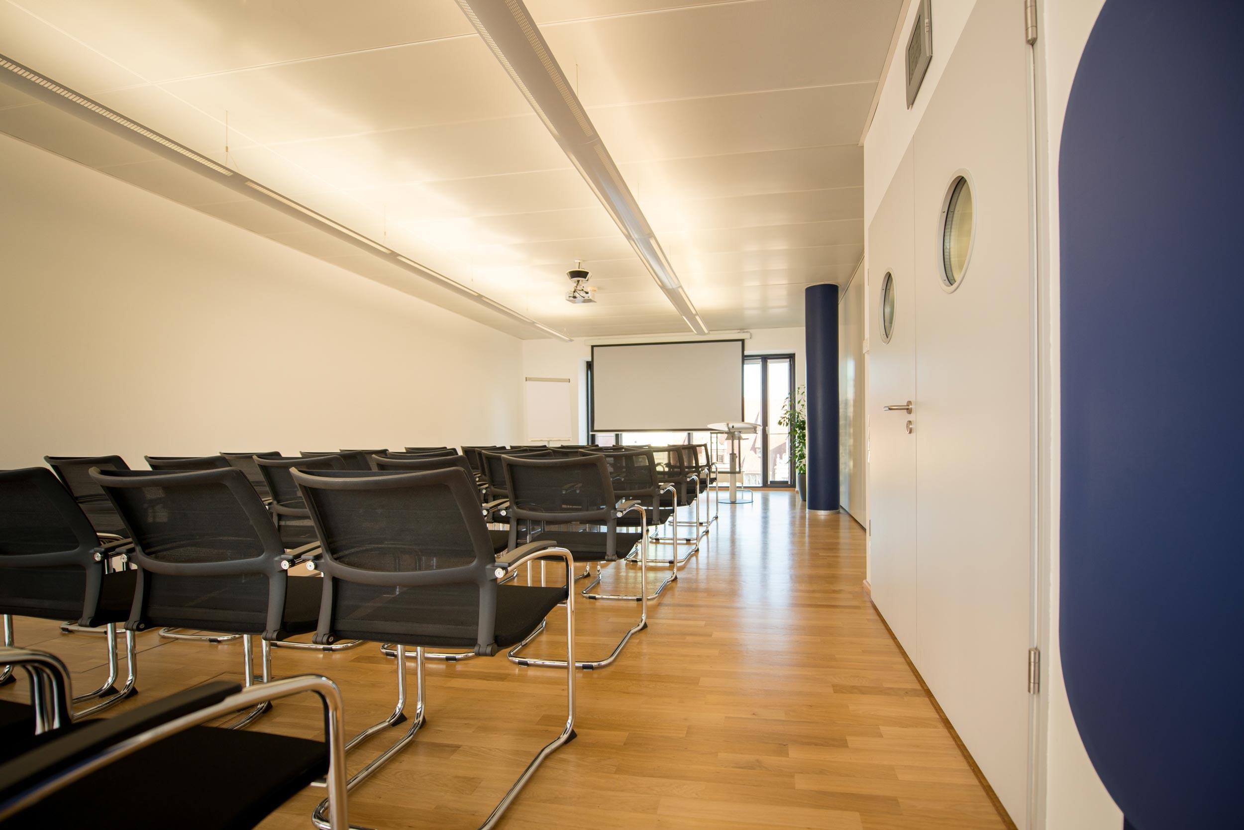 Kinobestuhlung mit Leinwand für Vorträge, Konferenzen, Seminare im größten Konferenzraum