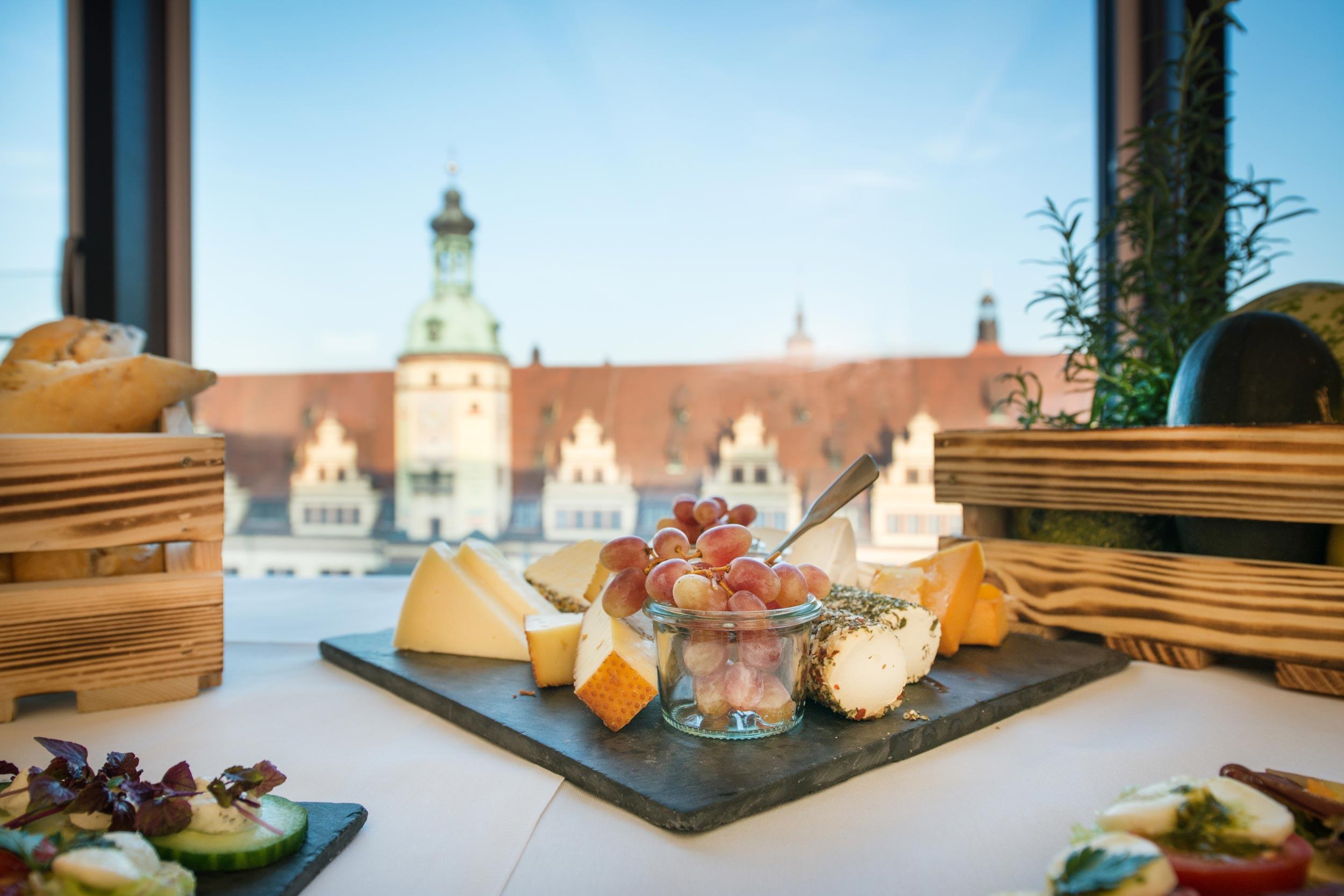 Arrangierte Käseplatte mit Weintrauben, mit Blick auf das Alte Rathaus Leipzig