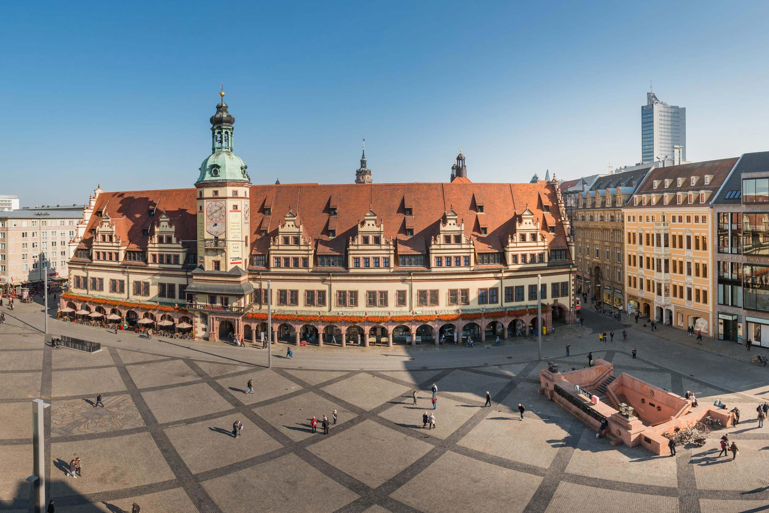 Panoramasicht auf den Leipziger Markt, das Alte Rathaus, die Petersstraße und den Uniriesen